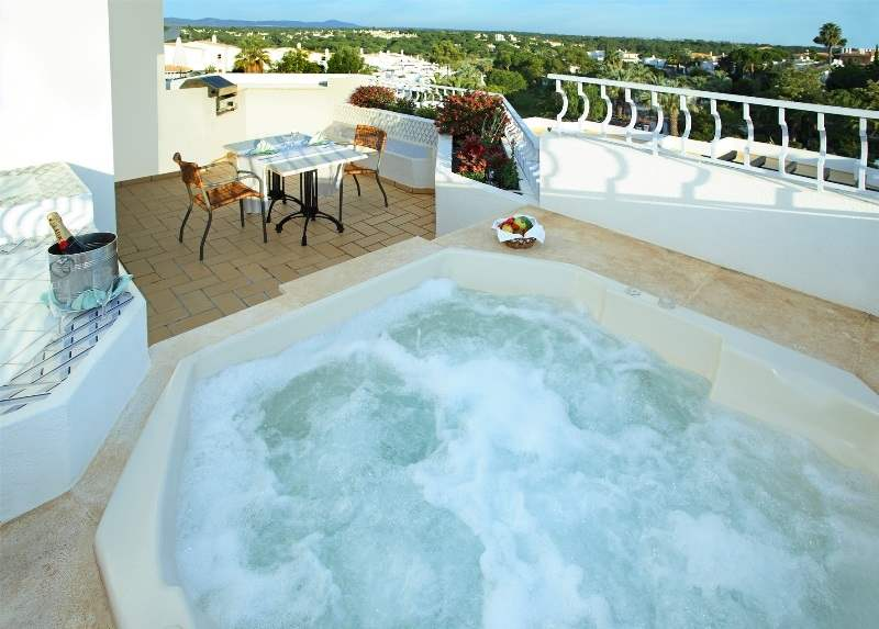 Four Seasons Fairway 2 Bed Hillside Apt -Jacuzzi, Sunday Arrival, 2 villa in Four Seasons Fairways, Algarve